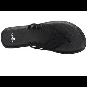 Sanuk Yoga Salty sandals in black size 8.